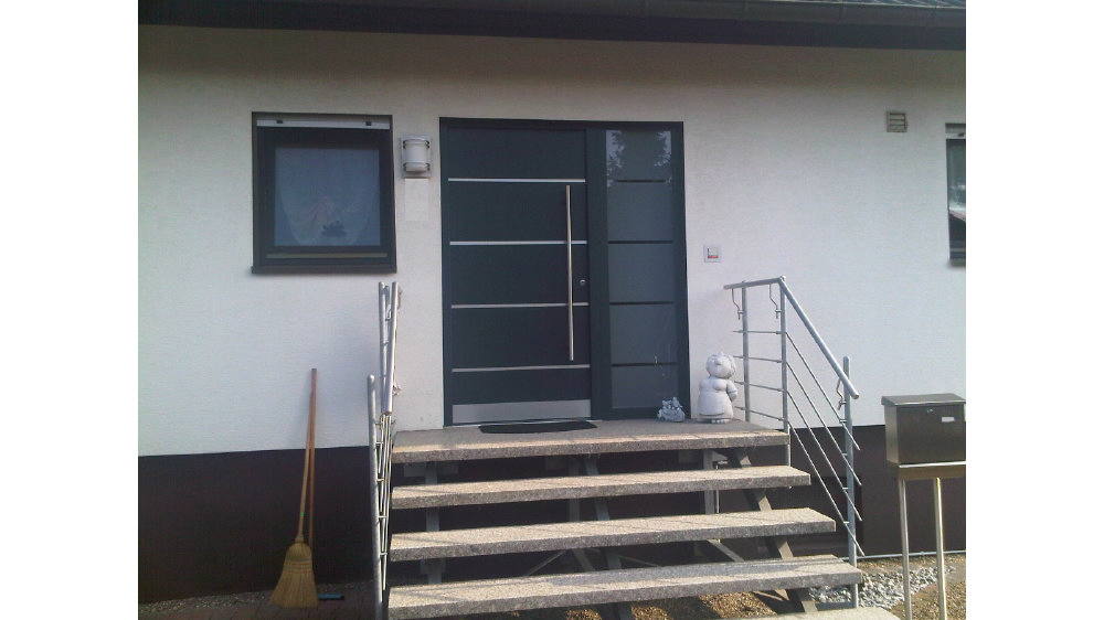 Aluminium Haustür SEDOR Mit Seitenteil Mit Mattiertem Glaseinsatz Nach Der  Renovierung