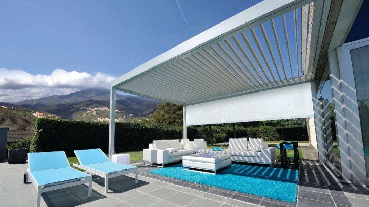 Pergola oder Terrassenüberdachung mit einem Lamellendach